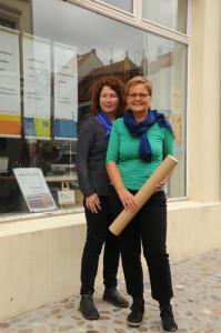 Vor dem Schaufenster der Bürogemeinschaft Bademutterstraße 20: Birgit Schmidt-Leinigen und Margret Benz. Foto: Petra Walter-Moll