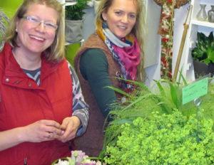 Floristin Madlen Grothe (links im Bild) fing im Juni mit 15 Wochenstunden im BlütenReich an. Mittlerweile arbeitet sie 30 Stunden. Beide Frauen kennen sich aus ihrer Ausbildungszeit. Foto: Grit Gehlen