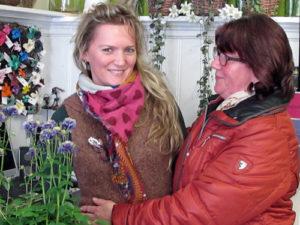 """Mutter Veronika Schmidtke ist stolz auf ihre Tochter: """"Wir wussten, dass sie das packt und haben ihr damals zugeraten, den Schritt in die Selbstständigkeit zu gehen."""" Die Mutter half anfangs viel im Laden mit. Jetzt schaut sie regelmäßig rein und kauft Blumen oder packt kurzentschlossen mit an, wenn im Blumenreich der Bär steppt. Foto: Grit Gehlen"""