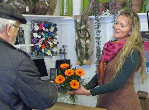 """""""Viel Freude mit den Blumen und gute Besserung für Ihre Frau."""" Yvonne Schmidtke hat für jeden Kunden ein nettes Wort. Foto: Grit Gehlen"""