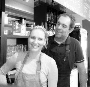 Im Cafe`Strandläufer in Prora lebt das Ehepaar seinen Traum. Foto: Anja Springer