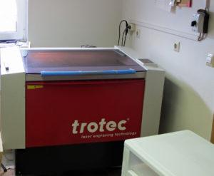 Der hochmoderne CO2-Laser hat bei holzteilchen.de fast rund um die Uhr zu tun. Foto: Grit Gehlen