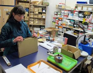 Drei Verpackungstische gibt es bei holzteilchen.de. Bald kommt vielleicht schon ein vierter dazu. Foto: Grit Gehlen