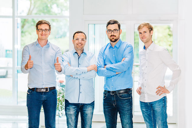 Jacob Saß (l.) gründete das Unternehmen advocado zusammen mit Maximilian Block (3. v. l.)  2014. Foto: advocado