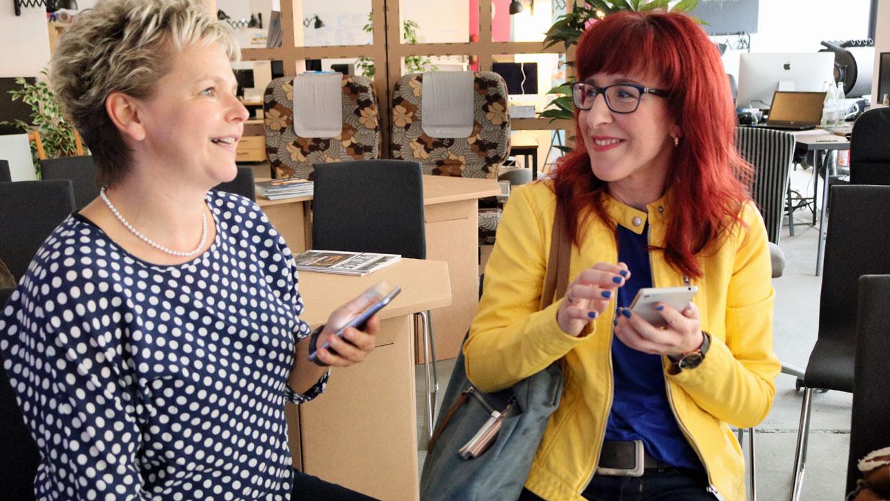 Grit Gehlen und Judith Kenk voller Eifer beim Netzwerken. Fotos: Ralph Schipke